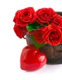 Rote Rosen des Blumenstraußes mit Symbol des Herzens stockfotos