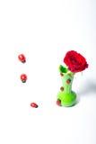 Rote Rosen in einem grünen Vase Stockbild