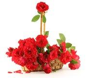 Rote Rosen in einem Korb. Lizenzfreies Stockfoto