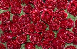 Rote Rosen gemacht vom Wachs auf Moos Lizenzfreies Stockfoto