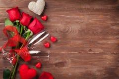 Rote Rosen, Herzen und Champagner Lizenzfreie Stockfotografie
