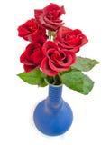 Rote Rosen im blauen Vase Stockfotos