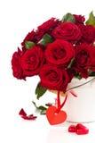 Rote Rosen im Eimer stockfoto