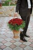 Rote Rosen im Korb Stockfoto