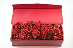 Rote Rosen im roten Kasten getrennt Lizenzfreie Stockbilder