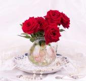 rote Rosen im Vase Stockbild