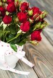 Rote Rosen im Vase Lizenzfreies Stockbild