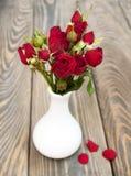 Rote Rosen im Vase Stockfotografie
