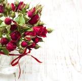 Rote Rosen im Vase Lizenzfreies Stockfoto