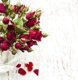 Rote Rosen im Vase Stockbilder