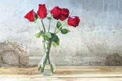 Rote Rosen im Vase Stockfotos