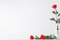 Rote Rosen im Vase Lizenzfreie Stockfotografie