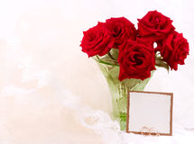 Rote Rosen im Vase mit Fahne fügen hinzu Stockfotografie