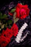 rote Rosen im Vase mit Weinglas Lizenzfreies Stockbild