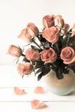 Rote Rosen im Vase, Weinlesefilter Stockfoto