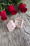 Rote Rosen mit Ehering lizenzfreies stockbild