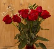 Rote Rosen mit einem hölzernen Hintergrund lizenzfreie stockfotografie