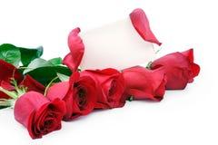 Rote Rosen mit einer unbelegten Geschenkkarte Lizenzfreies Stockbild