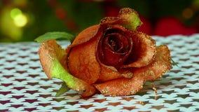 Rote Rosen mit Geschenkbox und Kerzen auf hölzernem Hintergrund stock video footage