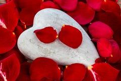 Rote Rosen mit Innerem Liebe für Valentinstag Lizenzfreies Stockfoto