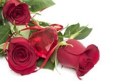 Rote Rosen mit Innerem und Farbband Lizenzfreie Stockfotos