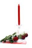 Rote Rosen mit Kerze Lizenzfreie Stockfotos