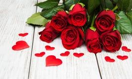 Rote Rosen mit silk Herzen Stockbilder