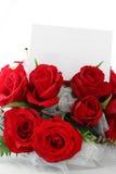 Rote Rosen mit unbelegter Anmerkung Stockfoto