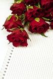 Rote Rosen mit unbelegter Anmerkung Stockfotografie