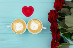 Rote Rosen, Schalen Cappuccino und Herz Lizenzfreie Stockfotografie