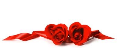 Rote Rosen und Bänder lizenzfreie stockbilder