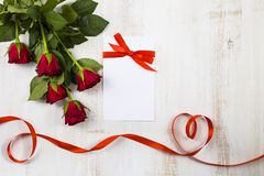 Rote Rosen und Bänder in Form des Herzens Stockfoto