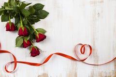 Rote Rosen und Bänder in Form des Herzens Lizenzfreies Stockbild