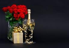 Rote Rosen und Champagner mit goldener Dekoration Lizenzfreies Stockbild
