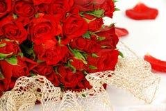 Rote Rosen und eine Spitze Lizenzfreie Stockfotografie