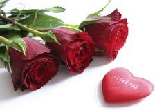 Rote Rosen und Inneres Stockfotografie
