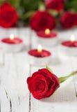 Rote Rosen und Kerzen Lizenzfreie Stockfotografie