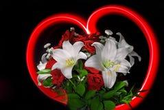 Rote Rosen und Lilien für Valentinsgruß Lizenzfreies Stockbild