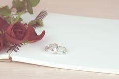 Rote Rosen und Ringgeschenk für Valentinstag Stockbild