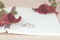 Rote Rosen und Ringgeschenk für Valentinstag Lizenzfreies Stockbild