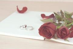 Rote Rosen und Ringgeschenk für Valentinstag Lizenzfreie Stockfotografie