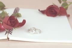 Rote Rosen und Ringgeschenk für Valentinstag Stockfotografie