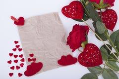 Rote Rosen und rote Herzen Lizenzfreies Stockfoto