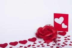 Rote Rosen und rote Herzen Stockbild