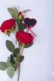 Rote Rosen und rote Herzen Lizenzfreie Stockbilder
