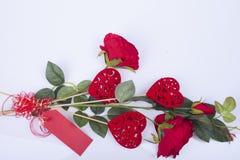 Rote Rosen und rote Herzen Lizenzfreie Stockfotos