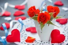 Rote Rosen und rote Herzen, Valentinsgrußtag Lizenzfreies Stockfoto