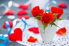 Rote Rosen und rote Herzen, Valentinsgrußtag Stockbilder