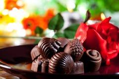 Rote Rosen und Schokolade Stockbilder