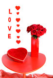 Rote Rosen und Schokoladen für Liebe stockfotos